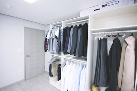 Walk in closet de estilo  por homelatte