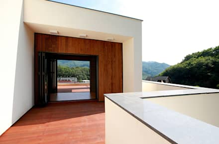 주변 지형과 어우러지는 고급스러운 모던스타일 전원주택[경기 양평]: 지성하우징의  베란다