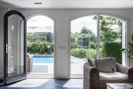 Ontwerp wellnessruimte en aangrenzende tuin: moderne Spa door Bob Romijnders Architectuur & Interieur
