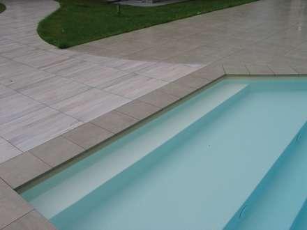 Piscina privata: Piscina in stile in stile Minimalista di Alessandra Vellata Architetto