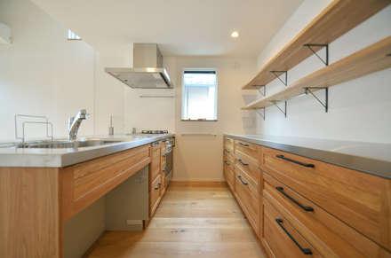 下連雀Y邸: 遠藤誠建築設計事務所(MAKOTO ENDO ARCHITECTS)が手掛けたキッチンです。