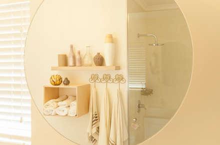 Baños de estilo ecléctico por Redesign Interiors
