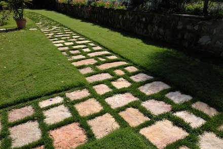 LO STILE TOSCANO: Giardino in stile in stile Rustico di Arte Pietra