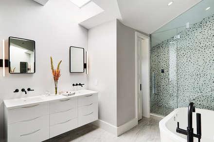 Carroll Street: minimalistic Bathroom by M Monroe Design