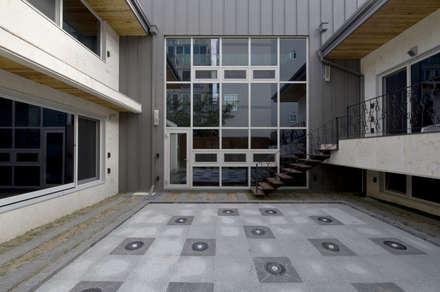 이입재 안뜰: 도반건축사사무소의  정원