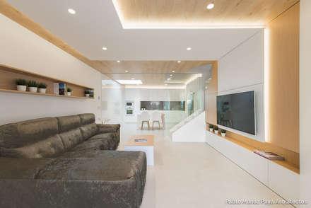 Reforma para Cristina y Juan Carlos: Salones de estilo moderno de Pablo Muñoz Payá Arquitectos