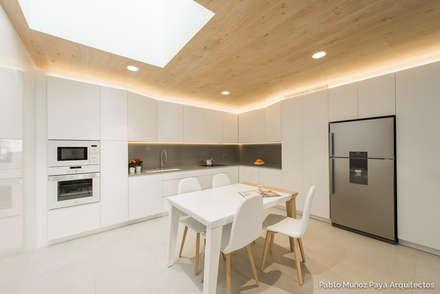 Reforma para Cristina y Juan Carlos: Cocinas de estilo moderno de Pablo Muñoz Payá Arquitectos