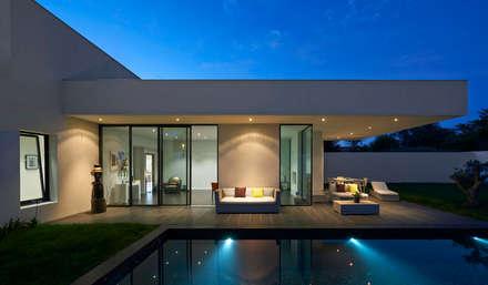 villa en L avec un couloir de nage: Maisons de style de style Moderne par Rodde Aragües Architectes