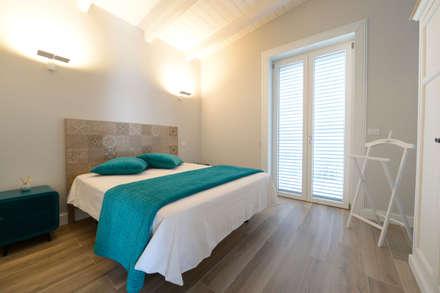 casa Mast: Camera da letto in stile in stile Mediterraneo di yesHome