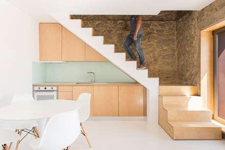 SH HOUSE: Cozinhas escandinavas por PAULO MARTINS ARQ&DESIGN
