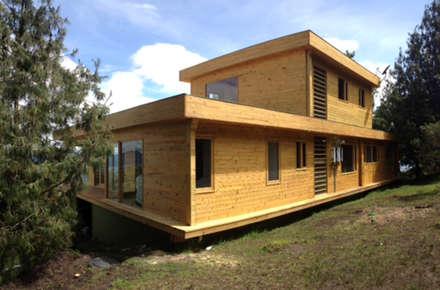 La madera y la modernidad: Casas de estilo moderno por Taller de Ensamble SAS