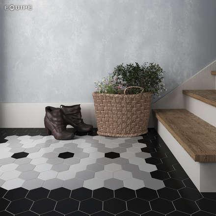 Scale Black, Grey, White 11,6x10,1: Pasillos y vestíbulos de estilo  de Equipe Ceramicas