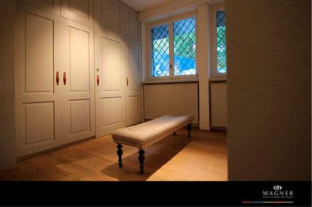Ankleidezimmer mit Ankleidesitzbank: klassische Ankleidezimmer von Wagner Möbel Manufaktur