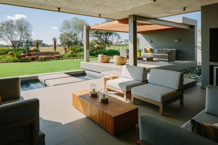 House Serengeti:  Patios by www.mezzanineinteriors.co.za