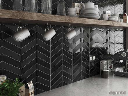 Chevron Wall Black Gloss & Matt 18,6x5,2: Cocinas de estilo moderno de Equipe Ceramicas