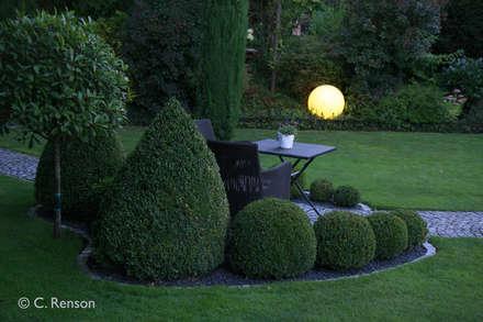 Der Sonnensitzplatz in der Dämmerung: landhausstil Garten von dirlenbach - garten mit stil