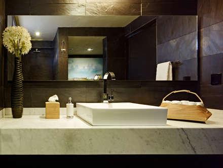 BAÑO CON CUBIERTA DE MARMOL: Baños de estilo  por Excelencia en Diseño