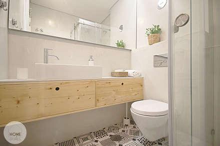 Apartamento da Alegria: Casas de banho escandinavas por Homestories
