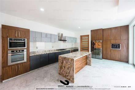 COCINA: Cocinas de estilo minimalista por BRAVO ARQUITECTOS INGENIEROS