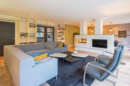 Kleur en structuur in de woonkamer: moderne Woonkamer door HomeAccent Interieurbureau