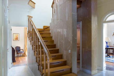 Up Stairs: Escadas  por Pedro Brás - Fotografia de Interiores e Arquitectura | Hotelaria | Imobiliárias | Comercial