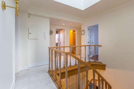 1st Floor Hall: Escadas  por Pedro Brás - Fotografia de Interiores e Arquitectura | Hotelaria | Imobiliárias | Comercial