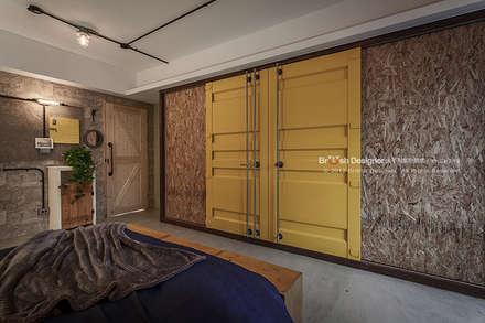 輕工業風-臥室:  窗戶與門 by 大不列顛空間感室內裝修設計