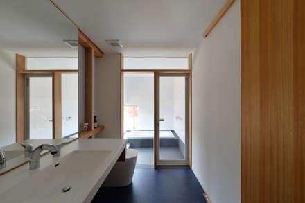 村国の切通し: 丸山晴之建築事務所が手掛けた浴室です。
