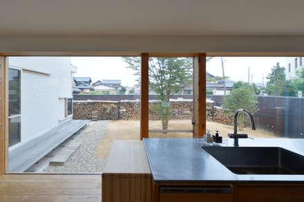 村国の切通し: 丸山晴之建築事務所が手掛けたキッチンです。