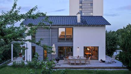 Kitzlinger Architektenhaus mit großzügiger Terrasse: moderne Häuser von KitzlingerHaus GmbH & Co. KG