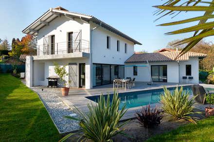 Création villa avec piscine : Maisons de style de style Moderne par Agence CréHouse