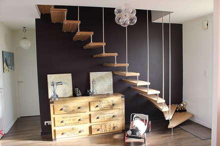 Escalier bois et sa harpe: Couloir et hall d'entrée de style  par Passion Bois