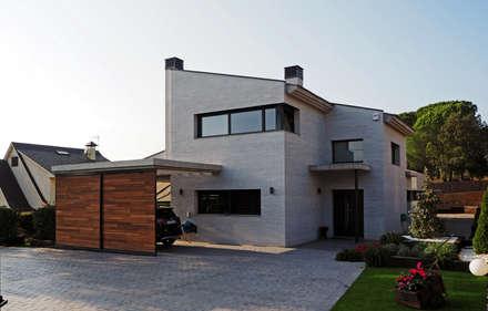 Fachada Principal: Casas de estilo moderno de Atres Arquitectes