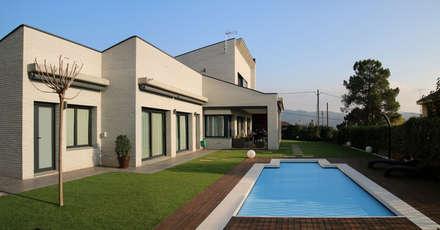 Fachada Piscina: Casas de estilo moderno de Atres Arquitectes