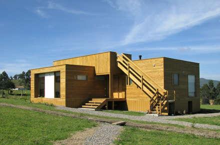 Casa cubica madera: Casas de estilo moderno por Taller de Ensamble SAS
