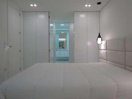 Habitação unifamiliar: Closets minimalistas por Ivo Sampaio Arquitectura