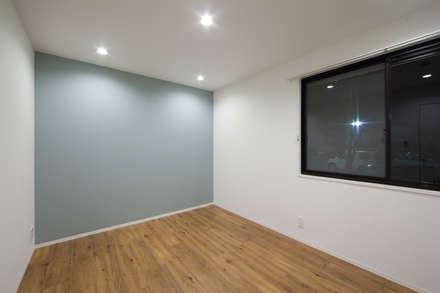 【Renotta】RETRO LIFE: 株式会社クラスコデザインスタジオが手掛けた寝室です。