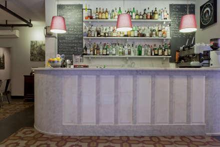 il bancone bar: Bar & Club in stile  di Manrico Mazzoli Architetto