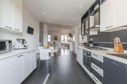 Cucina Open space con pavimentazione a contrasto: Cucina in stile in stile Moderno di Facile Ristrutturare