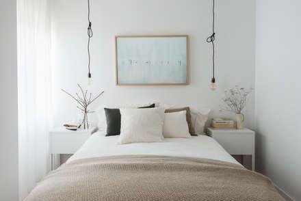 Detalhe da cama de dormir: Quartos escandinavos por Arkstudio