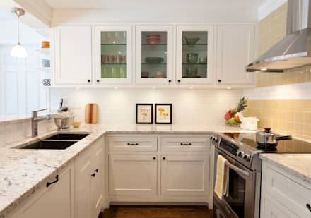 U Shaped Kitchen with Glass cabinets: modern Kitchen by STUDIO Z