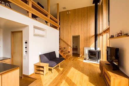 喜連川・桜ヶ丘の家: 中山大輔建築設計事務所/Nakayama Architectsが手掛けたリビングです。