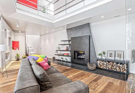 IpoHouse-Costruire sotto: Soggiorno in stile in stile Moderno di SANTACROCEARCHITETTI