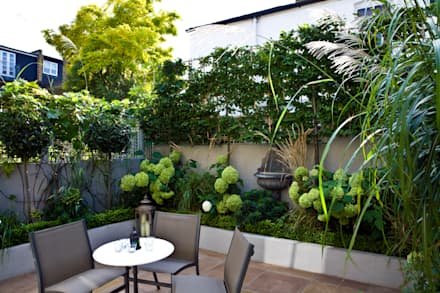 Privacy in a small London Garden: classic Garden by GreenlinesDesign Ltd