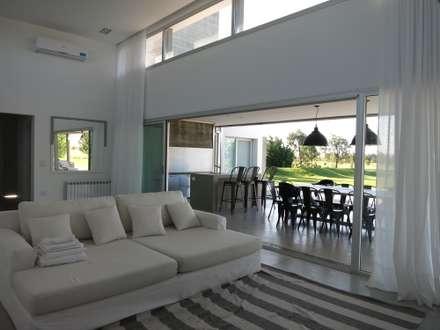 Casa LR4546: Livings de estilo minimalista por MARIA NIGRO ARQUITECTA