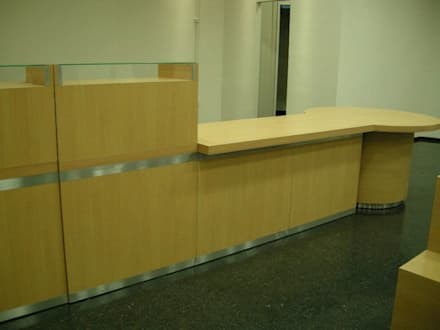 Diseño y realización de Muebles a medida: Oficinas y Tiendas de estilo  por Sml Design