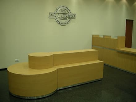 Diseño y realización de Comercios / Muebles a medida: Oficinas y Tiendas de estilo  por Sml Design