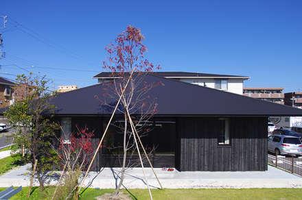 凛とした平屋: 小林良孝建築事務所が手掛けた家です。