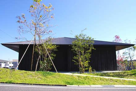 伝統工法で焼かれた焼杉による深みの黒: 小林良孝建築事務所が手掛けた家です。