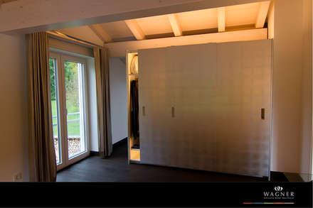 Ankleidezimmer Schrankfront in Blattsilber: moderne Ankleidezimmer von Wagner Möbel Manufaktur